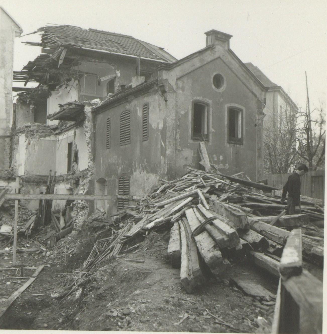 Ein Einsamer Mann Streift Durch Die Trümmer…