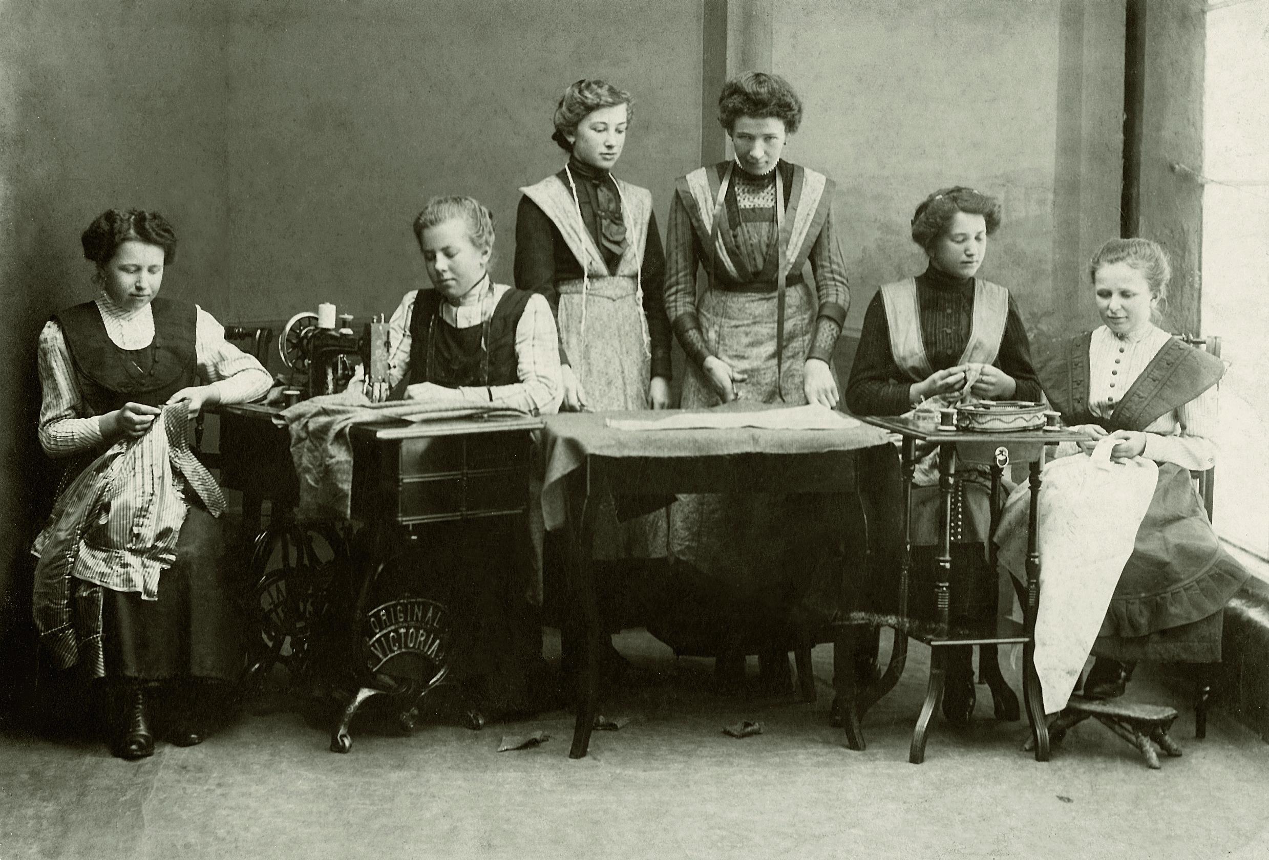 Junge Damen Bei Der Handarbeit