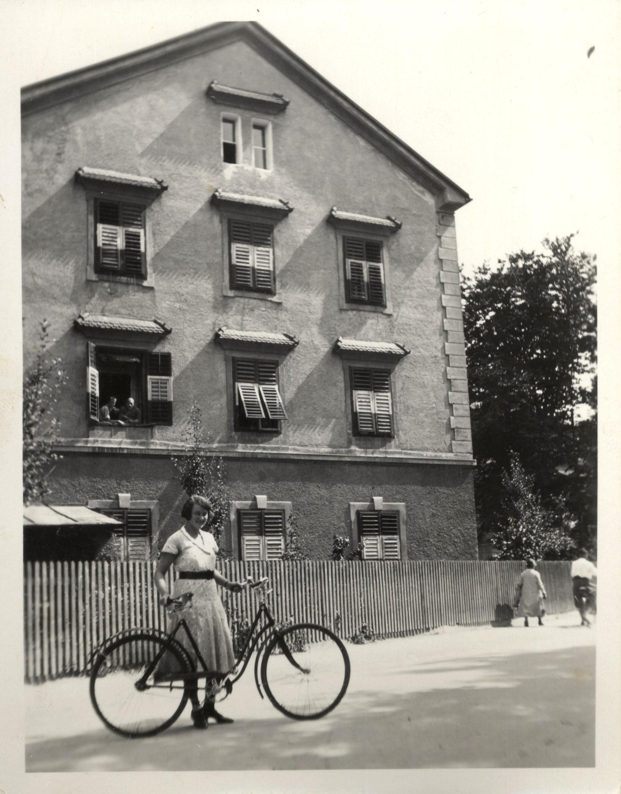 Großmutter Mit Fahrrad