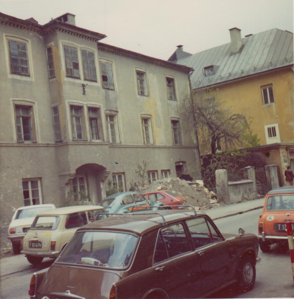 Eine Innsbrucker Familie I – Ein Haufen Autos Und Eine Ruine